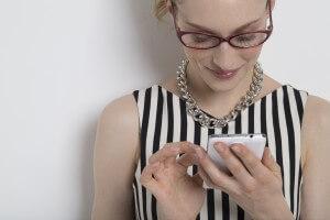 スマホを操作する女性イメージ